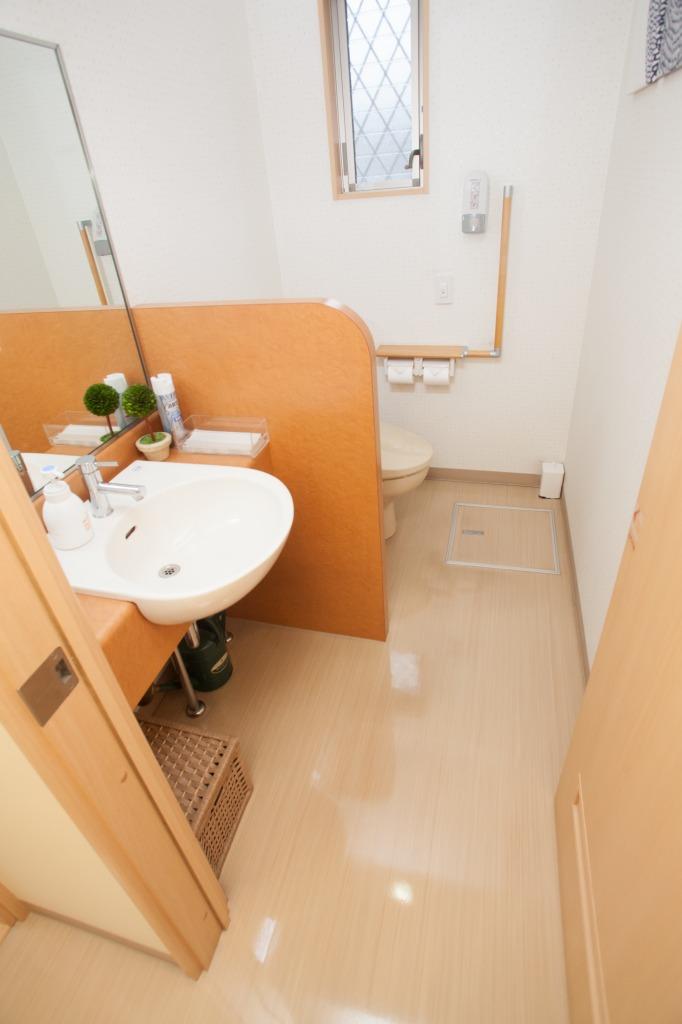 【パウダールーム】歯磨き用の紙コップ等を備え付けております。車椅子対応の設計になっております。