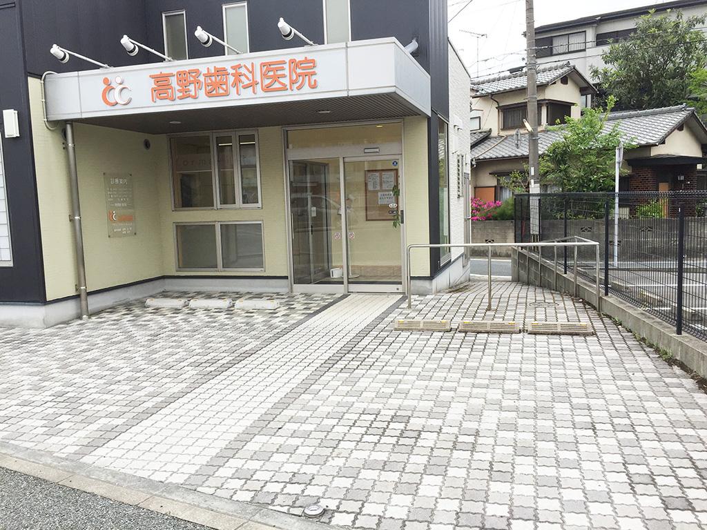 駐車場は医院正面に2台、側面に2台、裏面に3台あります。